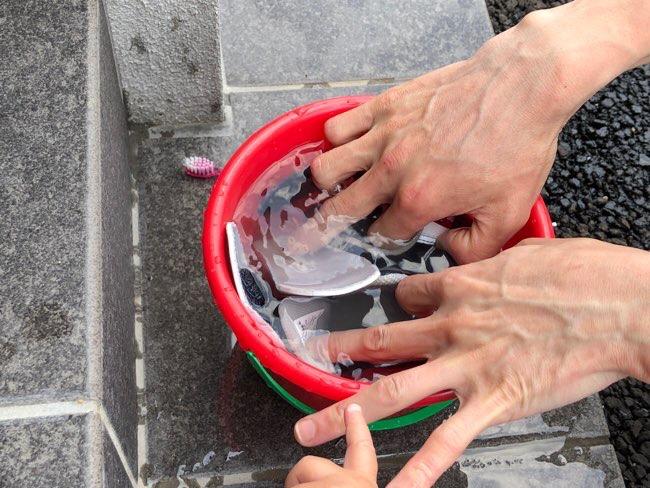 子ども靴をぬるま湯につける