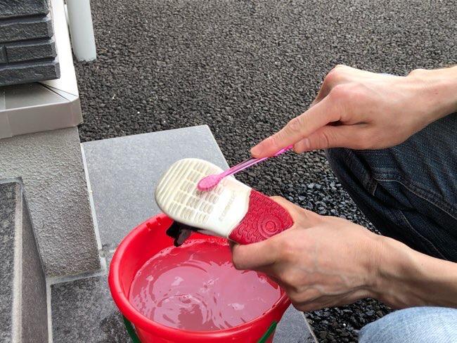 歯ブラシで子ども靴を洗う