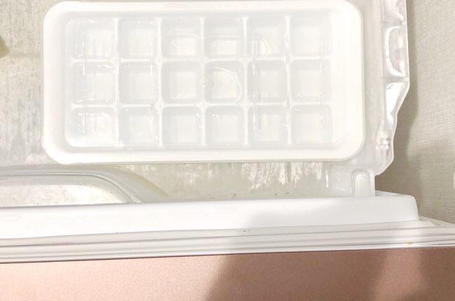 氷を冷凍庫に